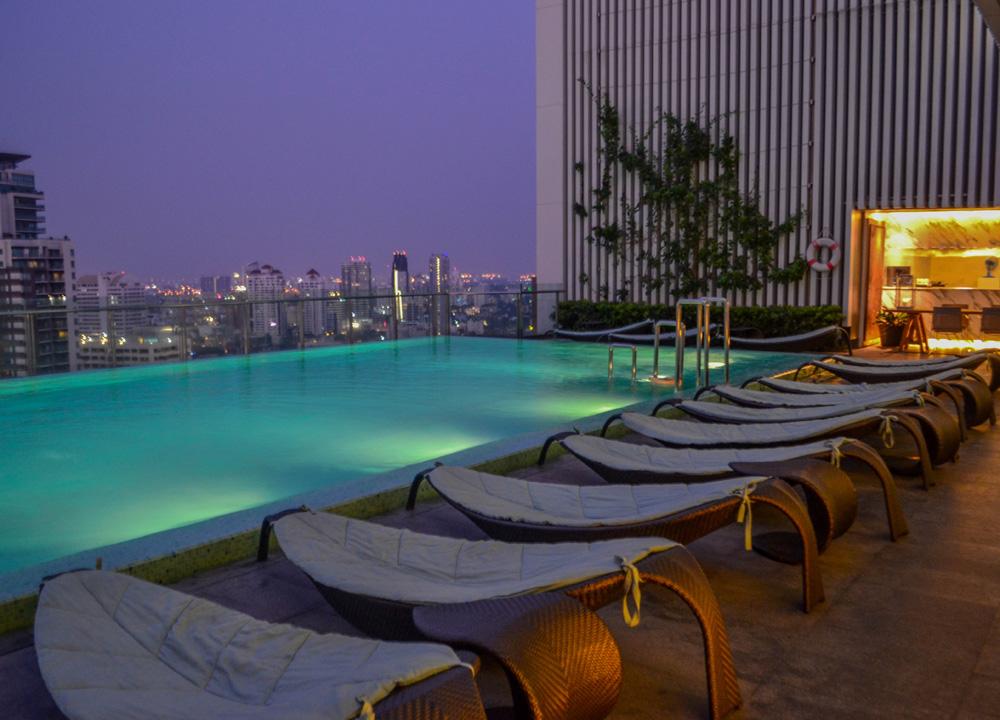 The hilton sukhumvit bangkok phrom phong - Hilton swimming pool ...